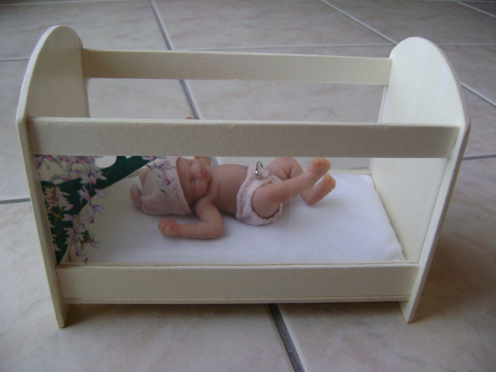 la nurserie de maddy un lit pour mini b b. Black Bedroom Furniture Sets. Home Design Ideas